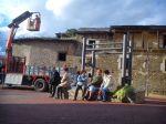 Vecinos de Villar observan los trabajos de apuntalamiento de la casa de las Carralas. Villar de los Barrios. 10 abril 2013. Foto: Nicolás de la Carrera.