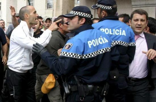 El alcalde de Ponferrada huye al verse increpado por un piquete minero. Ponferrada, 20 jun. 2012. Lne.es.