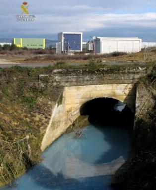 El arroyo de la Dehesa contaminado por el vertido. Enero 2015. Fuente: Seprona.