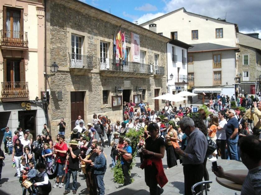 El cortejo de la Festividad de los Mayos pasa frente a la Casa Consistorial. Villafranca del Bierzo, 1 mayo 2010. Foto: Enrique L. Manzano.