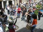 El cortejo realiza una parada para solicitar la colaboración de los vecinos situados en sus balcones. 'Los Mayos'. Villafranca del Bierzo, 1 mayo 2010. Foto: Enrique L. Manzano.