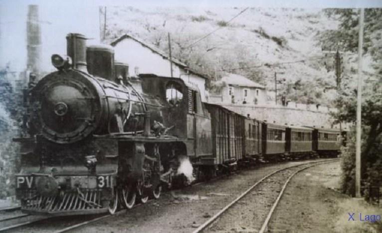 El mítico tren Ponfeblino arrastrando vagones de viajeros. Elecodelbierzo.com.