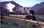 El Ponfeblino tirado por una locomotora de carbón restaurada.
