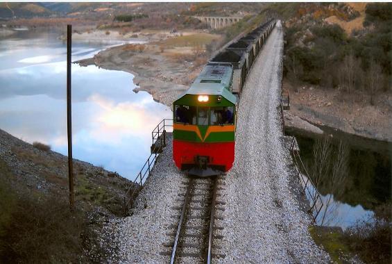 El tren Ponferrada-Villablino a su paso por la cola del pantano de Bárcena. 2009. Foto: David Zamorano.