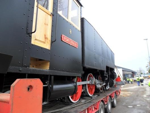 La locomotora nº 8 enfila su trayectoria hacia el hangar del Museo de la Energía. Ponferrada, 9 febr. 2011. Foto: Enrique López Manzano.