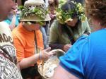 Las 'maias' recogen las ofrendas de los vecinos durante el recorrido. 'Festividad de los Mayos'. Villafranca del Bierzo, 1 mayo 2010. Foto Enrique L. Manzano.
