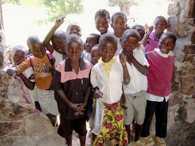 Niños en Kilela Balanda. Abril, 2012. Fuente: bierzoayuda.blogspot.com.