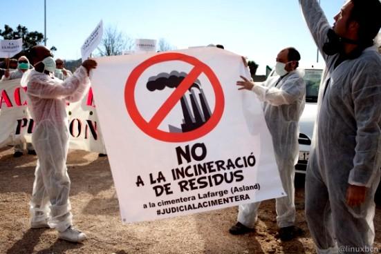 Protesta de un colectivo antiincineración contra Cementos Lafarge. 2015. Airelimpio.org.