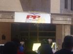 Un huevo se estrella contra el rótulo de la sede del PP en Ponferrada. 20 jun. 2012. Elecodelbierzo.es. Foto: T. Pérez.