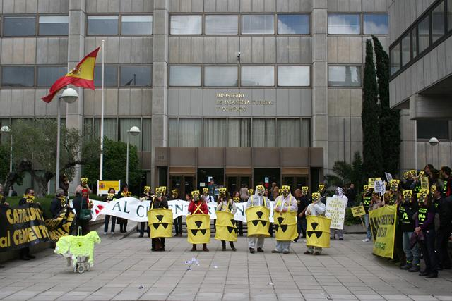 Una protesta antinuclear ante el ministerio de Industria. Madrid, 13 mayo 2010. Ecologistasenaccion.org.