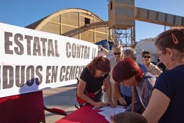 Una recogida de firmas contra la incineradora frente a Cementos Cosmos. Toral de los Vados, 11 oct. 2009. Foto: Enrique L. Manzano.