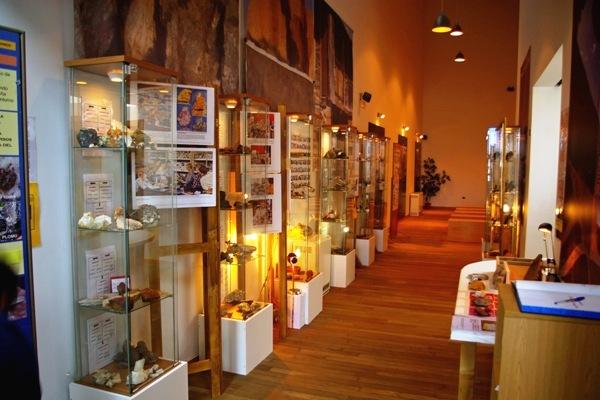 Vista la de sala de exposición de los minerales rocas y fósiles. Puente de Domingo Flórez, 1 febr. 2011. Foto: Enrique L. Manzano.