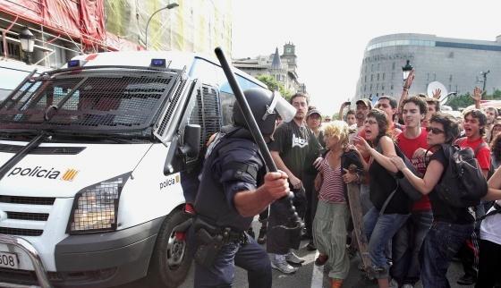 Desalojo policial de los 'indignados' en Barcelona. 27 mayo 2011. Fuente: Noticierodigital.com.