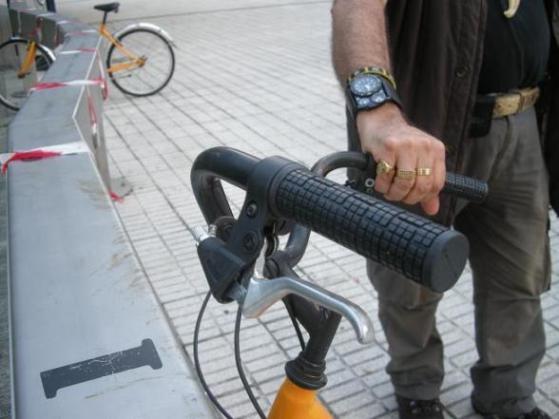 Detalle del freno roto de la bicicleta. Ponferrada, 17 sept. 2010. Fuente: ecobierzo.org. Foto: Enrique L. Manzano.