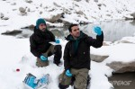 Dos miembros de Greenpeace recogen muestras para analizar el agua en busca de sustancias tóxicas. 2016. Greenpeace.org. Foto: Patricio Miranda.
