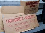 Escrito sobre un cartón convidando a la 'indignación' ciudadana. París, 20 mayo 2011. Labrujuladelcamaleon.wordpress.com. Foto: Margarita Ruiz Temprano.