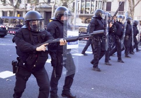 Fuerzas antidisturbios desalojando a los 'indignados' del 15M en Barcelona. 27 mayo11. Teatrevesadespertar.wordpress.com.