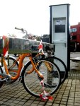 La última inspección muestra dos bicis abandonadas en una bancadaa fuera de servicio desde hace tres meses. Ponferrada, 2 dic. 2010. Foto: Enrique L. Manzano.