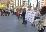 Los manifestantes se concentraron en la plaza de Lazúrtegui a media tarde. Ponferrada, 15 mayo 2011. Diariodeleon.es. Foto Ana F. Barredo.