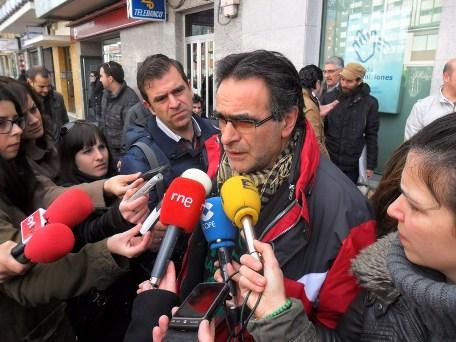 El portavoz de Stop Desahucios de León, Juan Álvarez, en una protesta ante el BBVA. Ponferrada, 18 marzo 2013. Foto: Enrique L. Manzano.