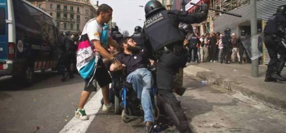 Un antidisturbio arremete contra un-minusválido en silla de ruedas. Barcelona, 27 mayo 2011. Publico.es.