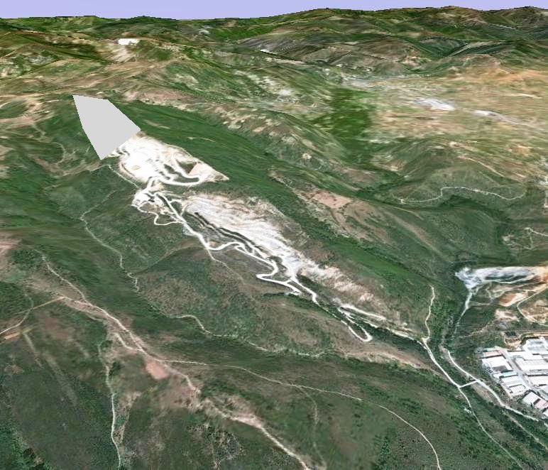 Vista de la cantera y en gris la zona que se pretende ampliar. 2012.  Fuente: Google Earth.