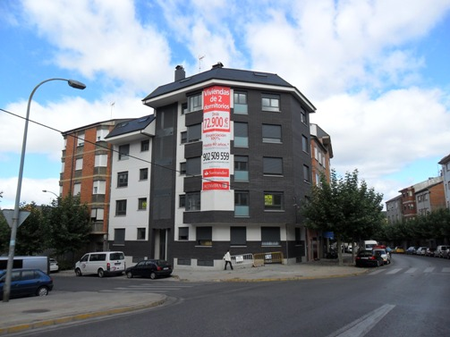 El edificio en donde pretende colocarse una antena de telefonía móvil, en el barrio. 18 sept. 2011. Foto: Enrique L. Manzano.