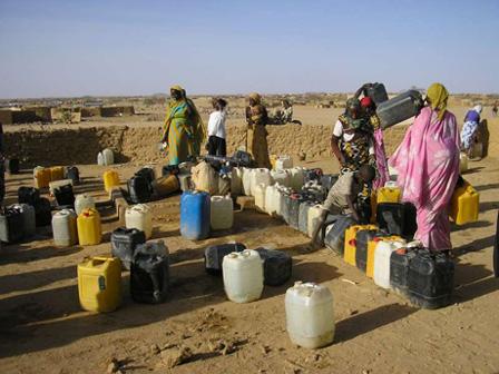 Mujeres refugiadas en Chad recogen agua. Fuente: darfurvisible.org. ACNUR/ A. Rehrl.