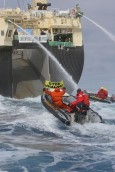 Activistas de Greenpeace intentan detener un ballenero ilegal. Taringa.net.