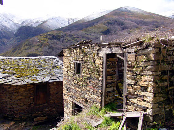 ADESVO denuncia que el valle del Oza está condenado al-abandono si no se aplican planes de dinamización de  lazona. 2010. Foto: Adesvo.