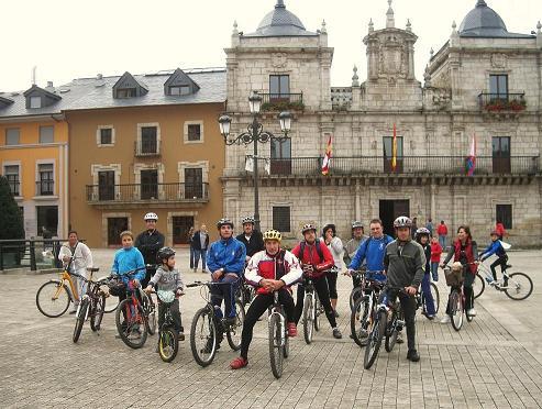 Algunos de los participantes en la marcha ciclista reivindicativa posan frente al Ayuntamiento. Ponferrada, 10 oct. 2010. Foto: Enrique L. Manzano.