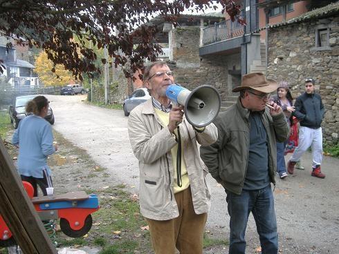 Tarsicio Carballo se dirige a los participantes en el magosto. Valdefrancos, 31 oct. 2010. Foto: Enrique L. Manzano.
