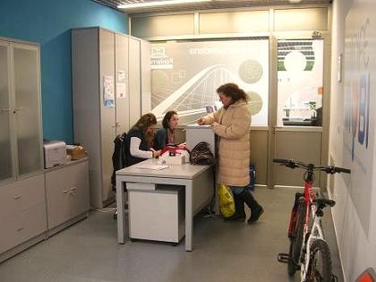 El registro de una bicicleta en la Oficina de la Movilidad resulta un trámite sencillo. Ponferrada,11 oct. 2010. Foto: Enrique López Manzano.