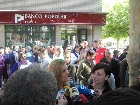 La abogada Emilia Esteban, con Laura a su izquierda, habla para la radio. Ponferrada, 3 oct. 2012. Foto: Mario Cuellar.