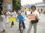Los ciclistas se mezclan con la comitiva 'Aquí vivimos, aquí actuamos' de 350.org. Ponferrada, 10 oct. 2010. Foto: Enrique L. Manzano.