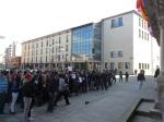 Los estudiantes protestan ante la entrada del Ayuntamiento. Ponferrada, 29 febr. 2012. Foto: Enrique L. Manzano.