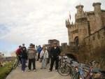 Los ciclistas posan delante del Castillo de los Templarios, en el Camino de Santiago. Ponferrada, 10 oct. 2010. Foto: Enrique L. Manzano.