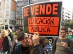 Pancarta. 'Se vende educación pública'. Ponferrada, 9 mayo 2013. Foto: Enrique L. Manzano.