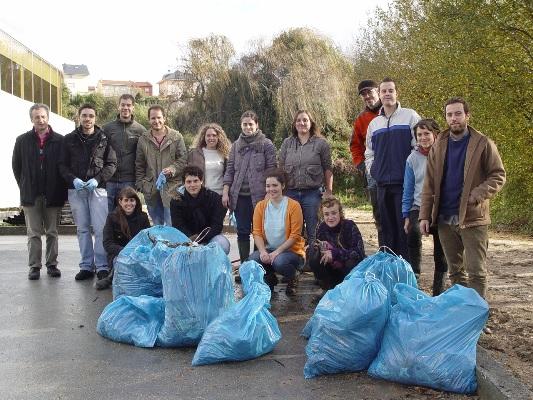 Recogida de residuos en el Proyecto Ríos. 25 nov. 2010. Adega.gal.