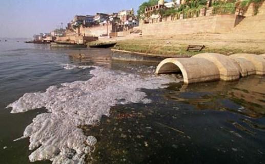 Contaminación agua. Residuos industriales que desembocan en el rio Ganges. India.