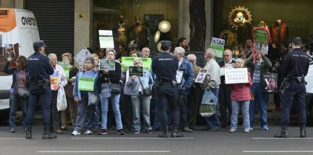 Un grupo de manifestantes protestan contra Bankia frente a la Audiencia Nacional. 2015. Elmundo.es. Foto: Bernardo Díaz.
