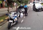 Un policía multa a un conductor despistado que ha aparcado en el nuevo carril bici. Ponferrada, 26 agosto 2011. Bierzocomarca.eu.