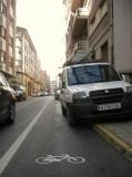 Bici. Una furgoneta aparcada sobre el carril-bic en la calle Dos de Mayo; detrás un particular hace lo mismo. Ponferrada, 7 oct. 2010. Foto: Enrique L. Manzano.