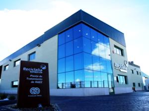 Fachada de la planta de tratamiento de residuos Reciclalia en La Bañeza. 2013. Dicyt.com.