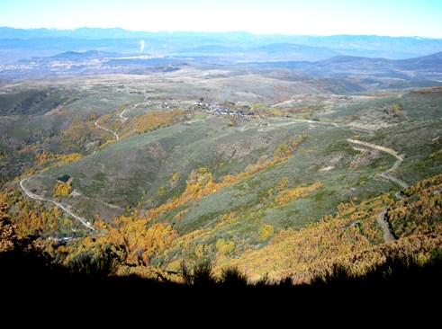 Vista de San Cristóbal de Valdueza desde la pista a Peñalba. 15 nov. 2008. Foto: Enrique L. Manzano.