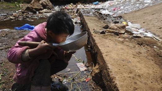 Agua contaminada. Apadrino.com. 2015.