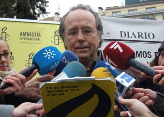 Joan Manuel Serrat procede a la lectura del manifiesto de Amnistía Internacional. Madrid, 10 dic. 2011. Amnestyinternacional.org.