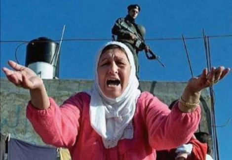 Una mujer palestina muestra su impotencia frente a la ocupación israelí. Gaza. Amnesty.org.