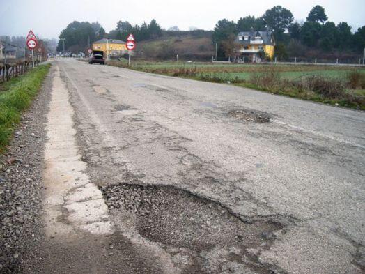 Baches en la carretera de Cacabelos a Quilós. Cacabelos, 16 enero 2010. Fuente: ecobierzo. org. Foto: Enrique L. Manzano.