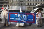 Manifestantes protestan contra la candidatura de Trump a las puertas de la Torre Trump, en Nueva York. 3 sept. 2015. Elconfidencial.com. Reuters.